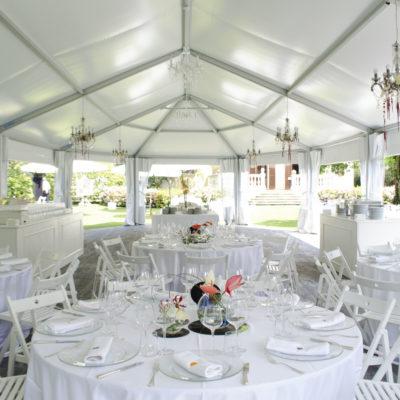 Tavoli rotondi allestiti per matrimonio in Villa Umberto