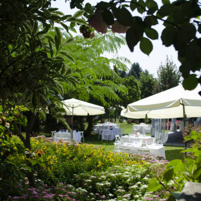 Giardino Villa Umberto allestito per festa di matrimonio con ombrelloni